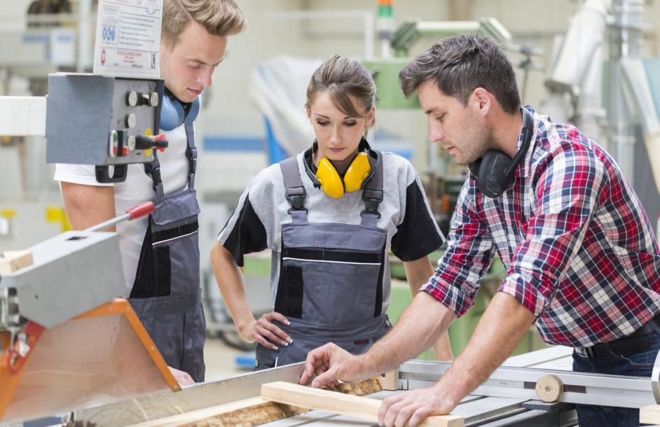 Ogólne wykształcenie czy praktyczne przygotowanie? Młodzi stawiają na zawodówki!